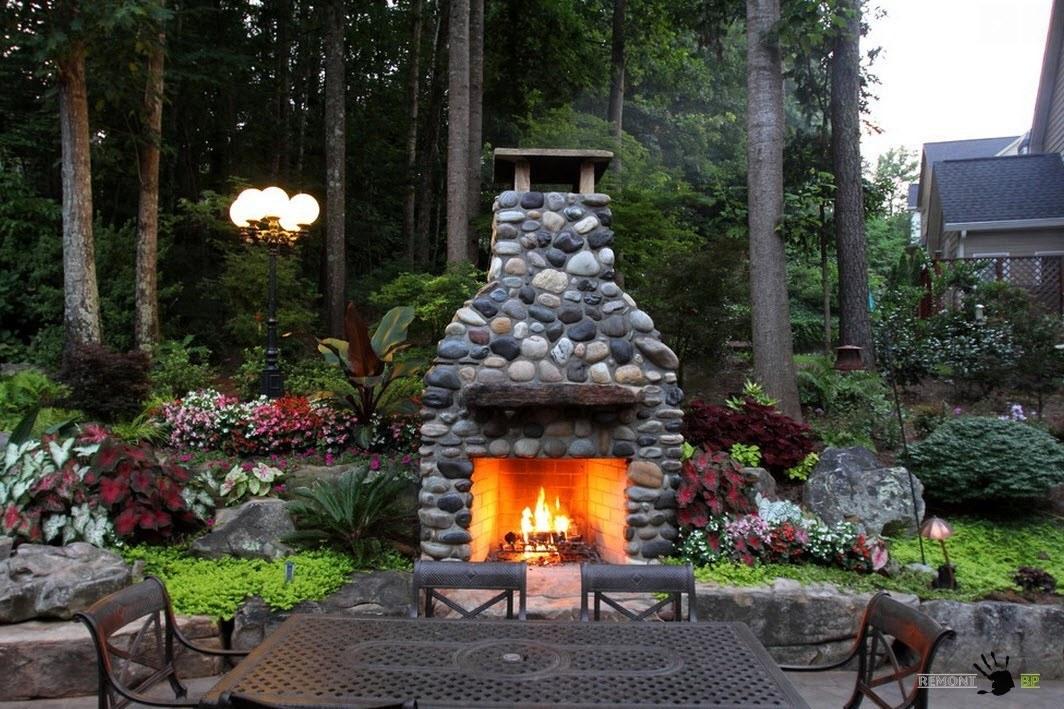 Камин и садовая мебель на приусадебном участке