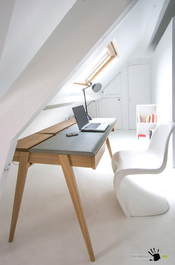 Белая интерьер небольшой квартиры на мансарде