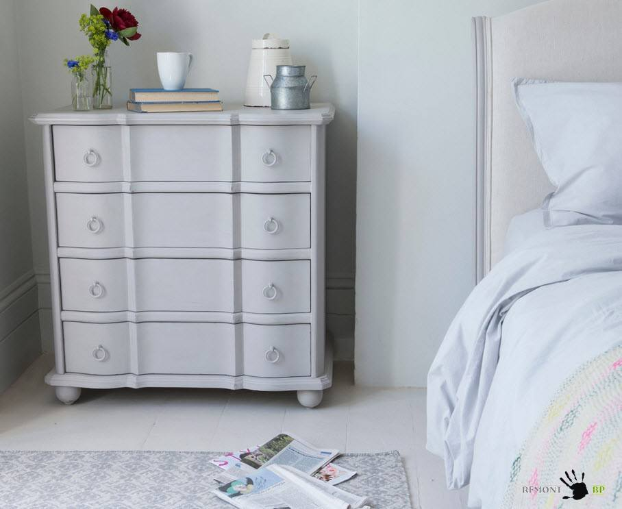 Светлый комод в спальне