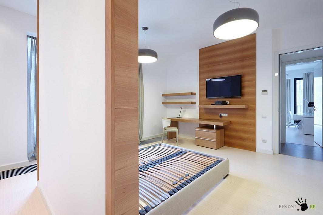 Телевізор і міні-кабінет у спальні