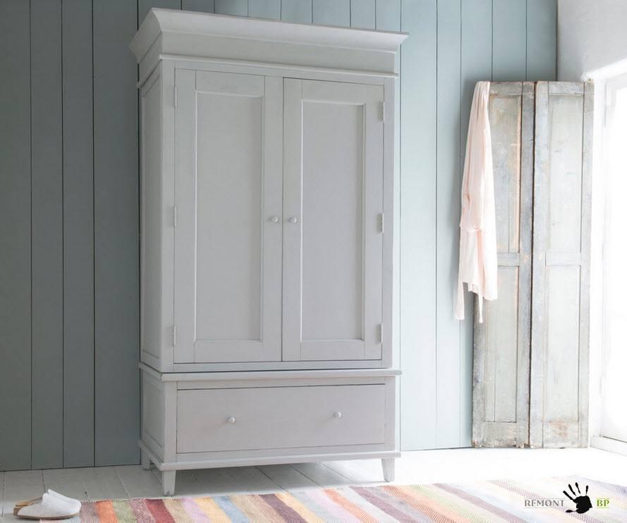 Двухстворчатый шкаф молочного цвета
