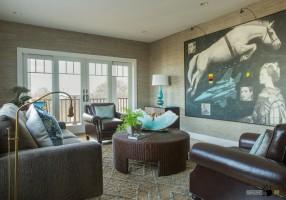 Интерьер гостиной с необычной картиной