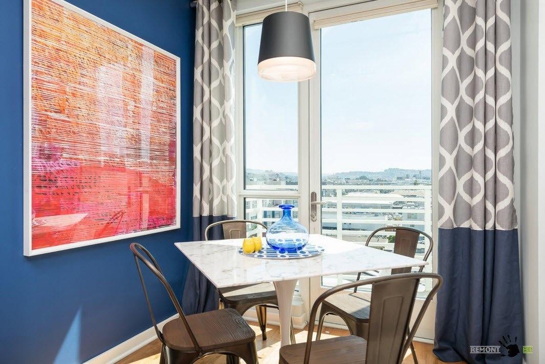 Комплект стол и стулья возле окна