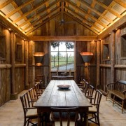 Столовая в деревянном дачном доме