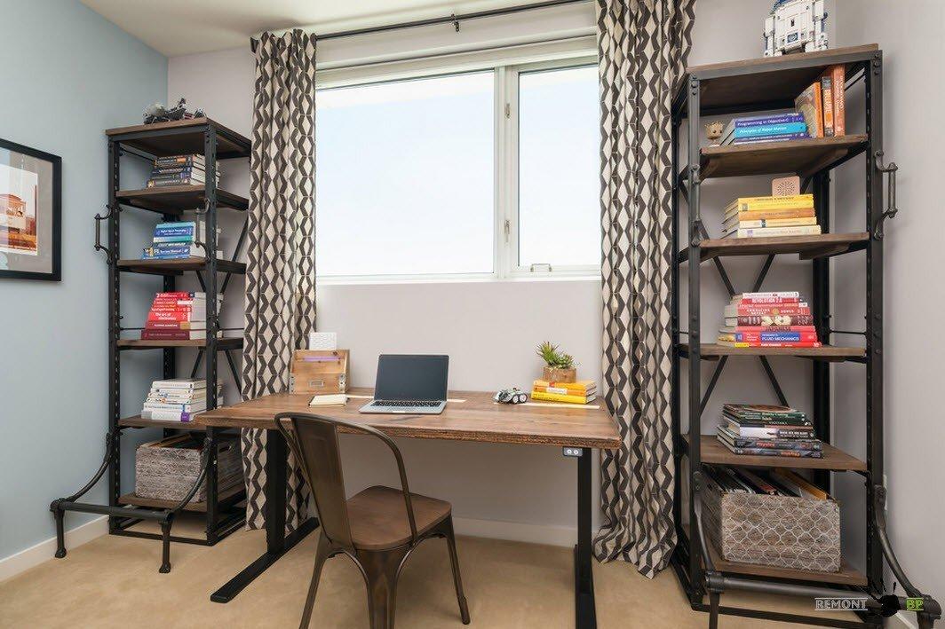 Рабочий стол в кабинете у окна
