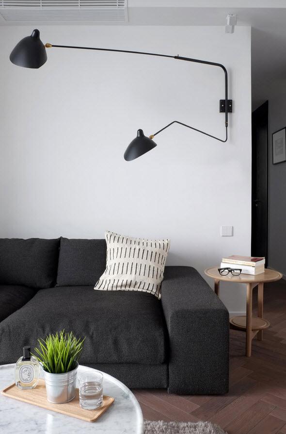 Вместительный диван с темной обивкой