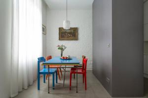 Интерьер немецких апартаментов с яркими акцентами