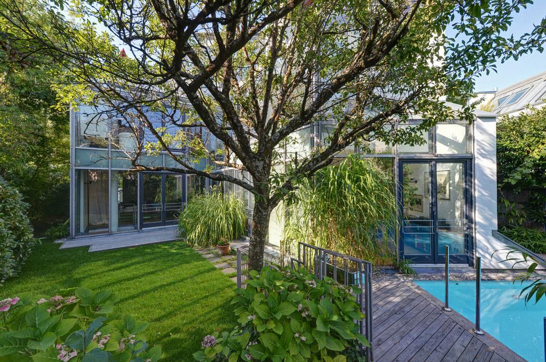Частный двор с бассейном