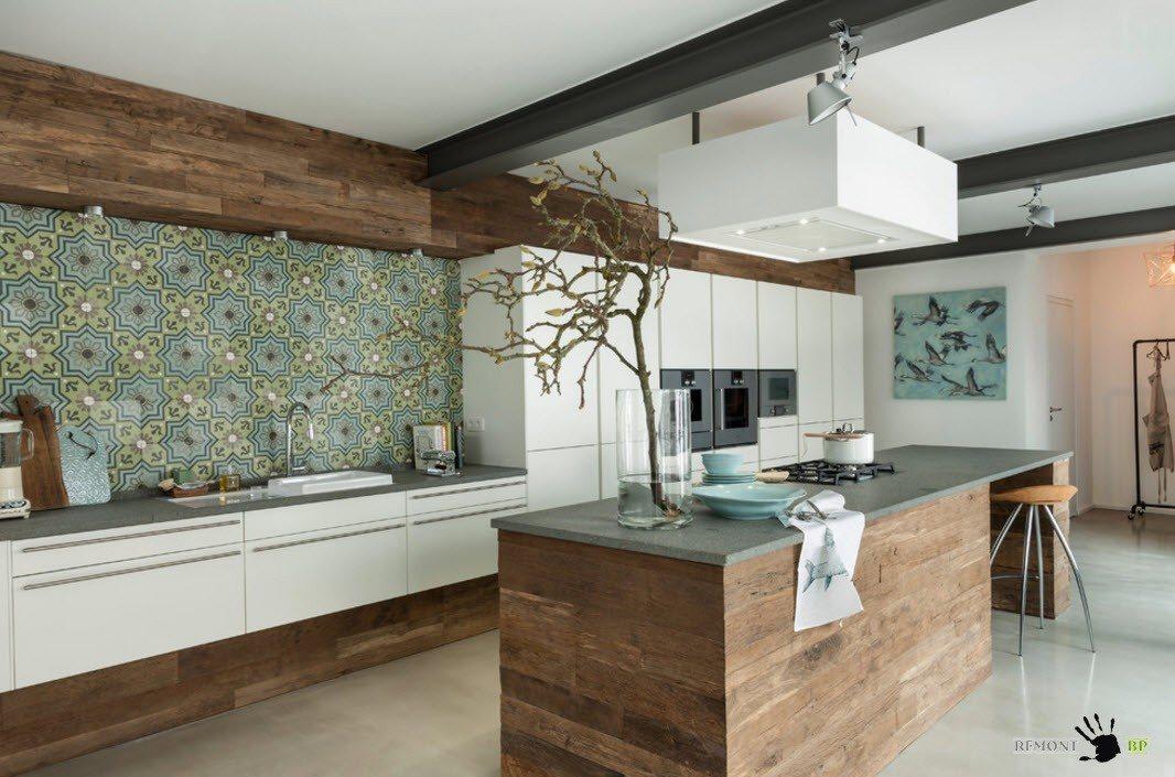 Пестрый орнамент для кухни с однотонной мебелью