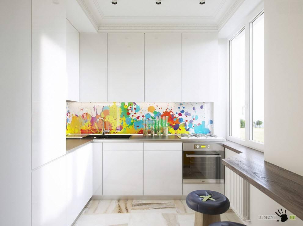Белоснежная мебель с ярким фартуком