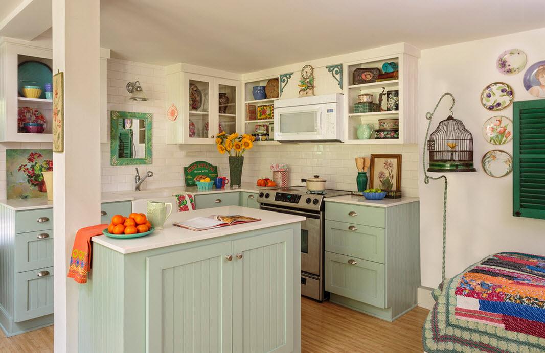 Шкафы-витрины с яркой посудой