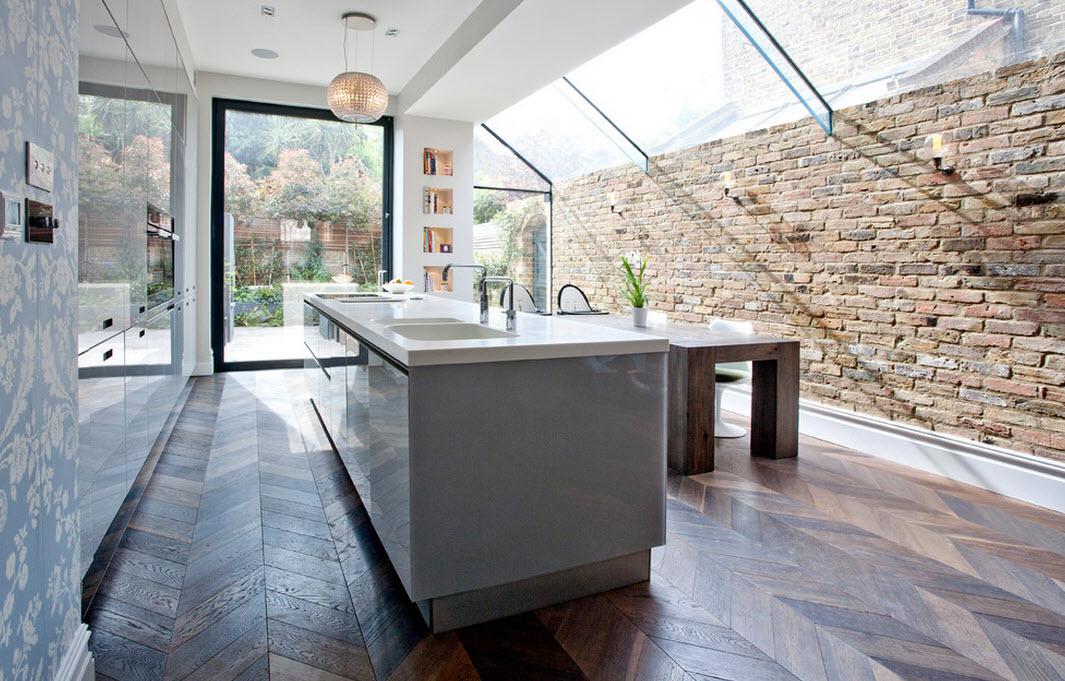 Кирпичная стена и стеклянный потолок
