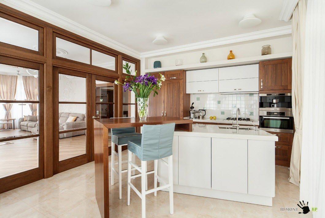 Белый и древесный тона в кухне
