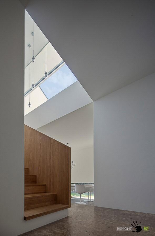 Сочетание белых стен и деревянных поверхностей