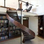 Оригинальная лестница для современного интерьера