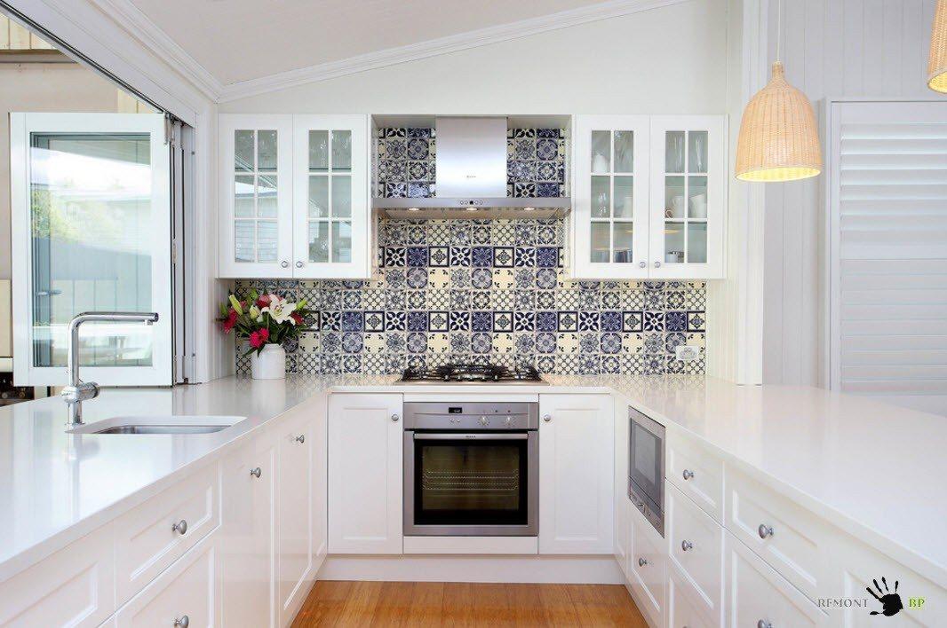 Привлекательный фартук для белой кухни