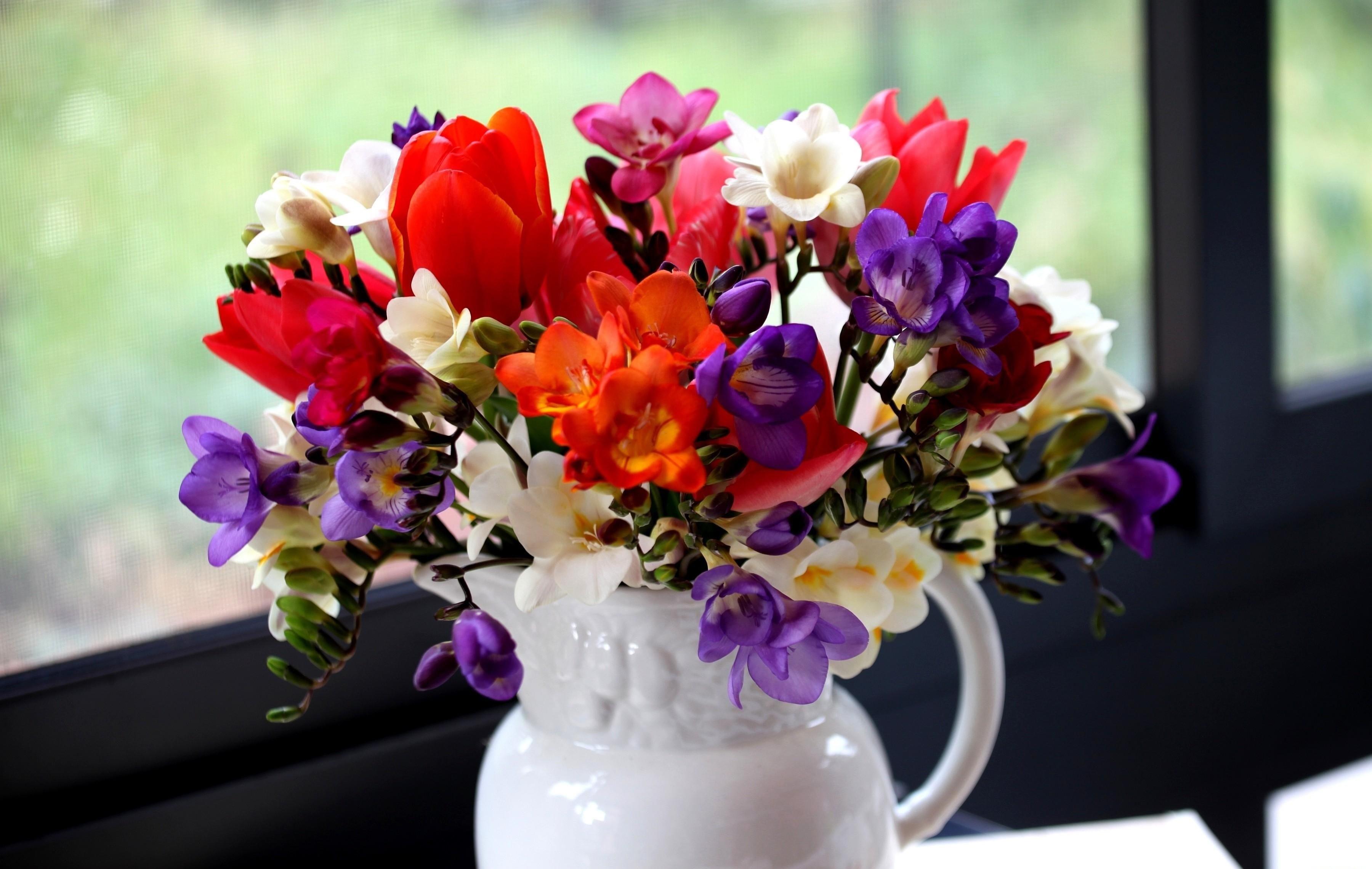Букет из фрезий и других цветов