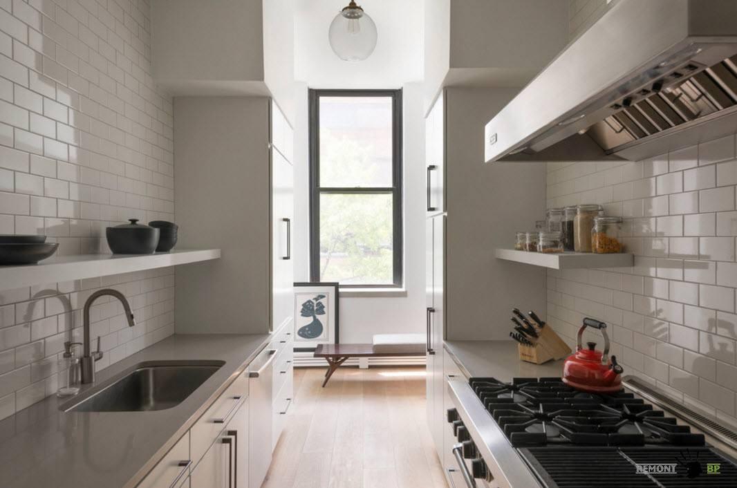 Белый фартук в маленькой кухне