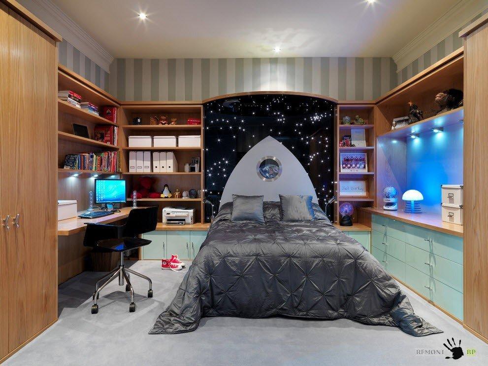 Необычное исполнение систем хранения по периметру комнаты