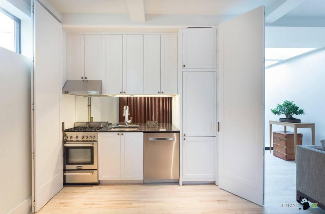 Белая кухня в шкафу