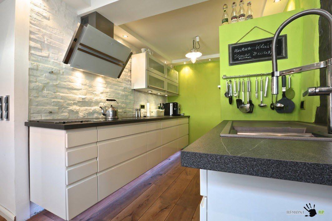 Описание: Небольшая кухня с белой меблировкой