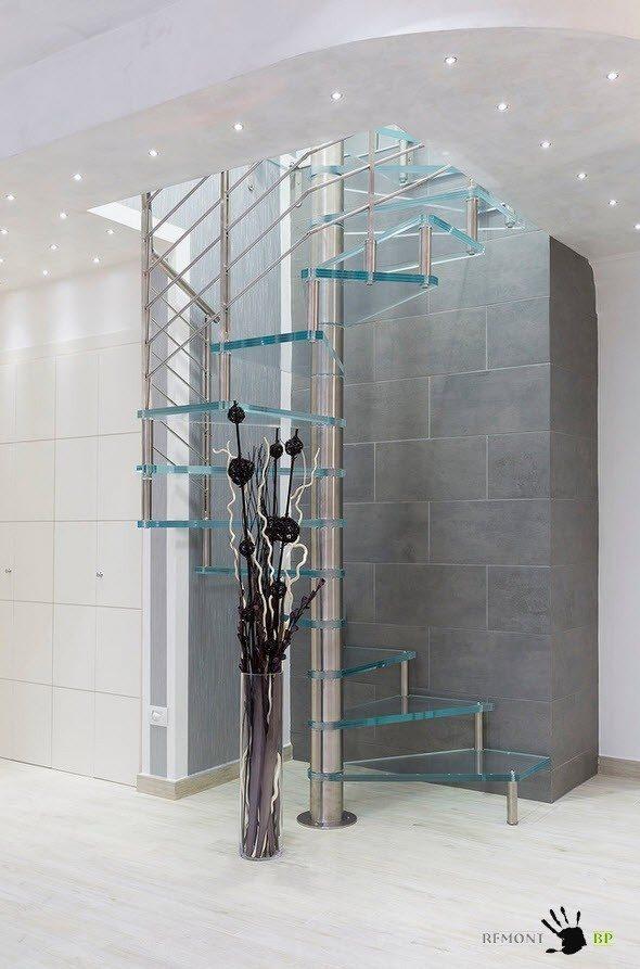 Стекло и хром для сооружения лестницы