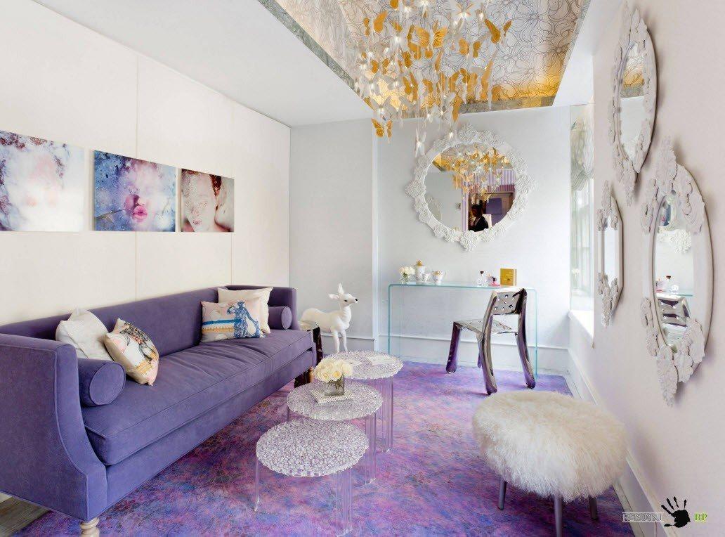 Бело-фиолетовая гамма гостиной