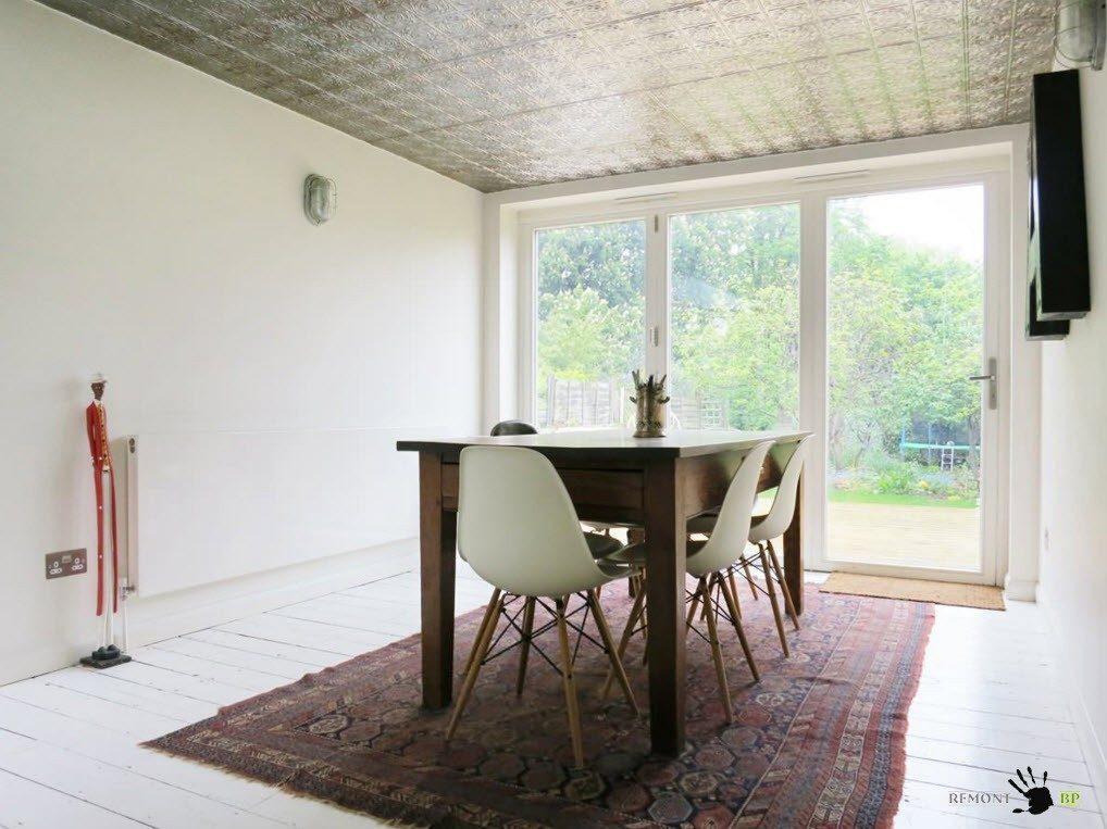 Отделка с помощью потолочных панелей в столовой
