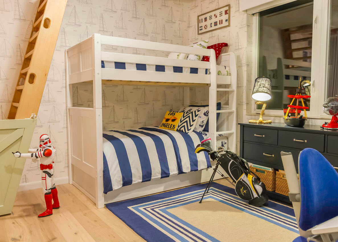 Сочетание синего и белого в спальне мальчика