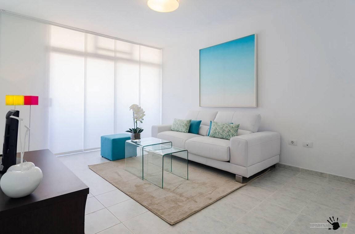 Стеклянная мебель в белой комнате