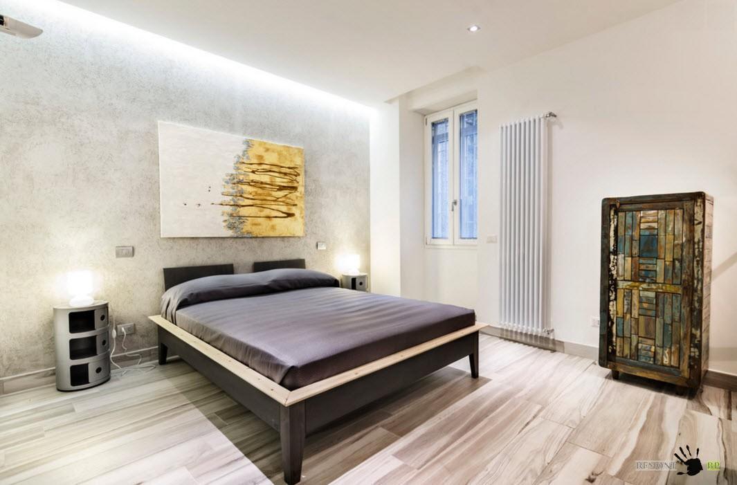 Черная кровать в светлой комнате