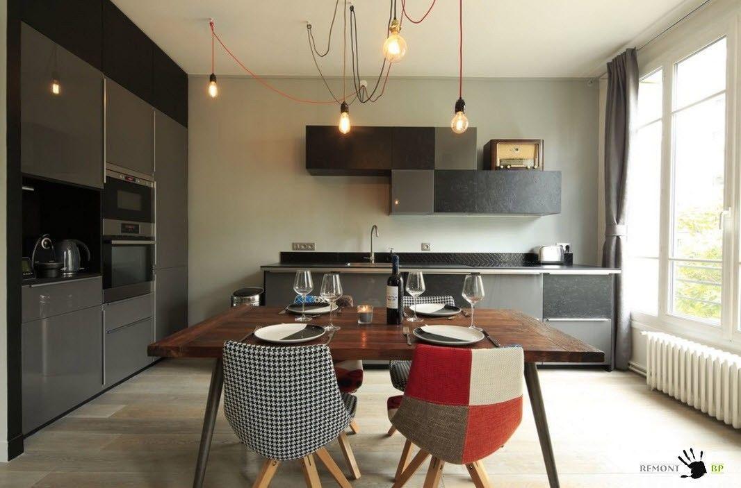 Пестрые стулья для темного интерьера кухни