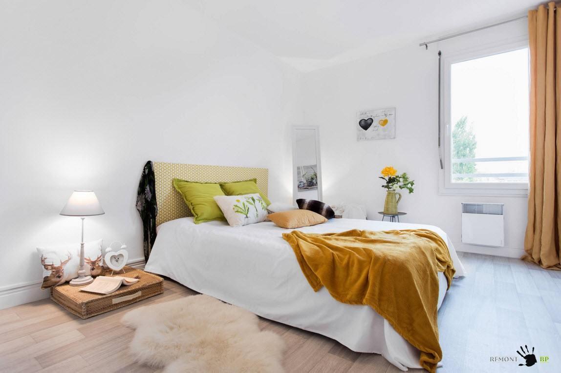 Белая спальня с ярким текстилем
