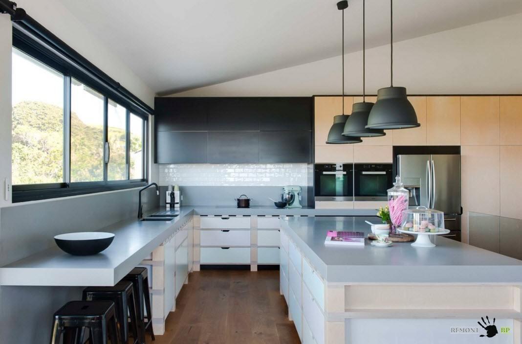 Черно-белая кухня с деревянные элементами
