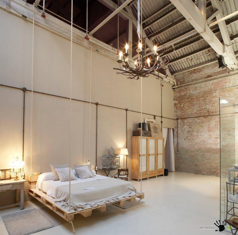 Подвесная кровать из строительных поддонов