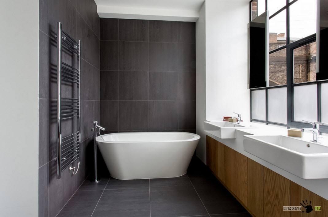 Ванная комната с темными стенами
