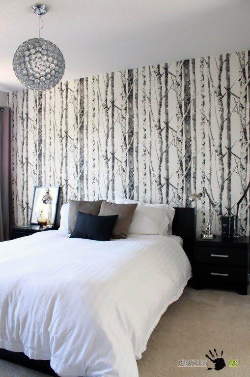 Черно-белые деревья в спальне