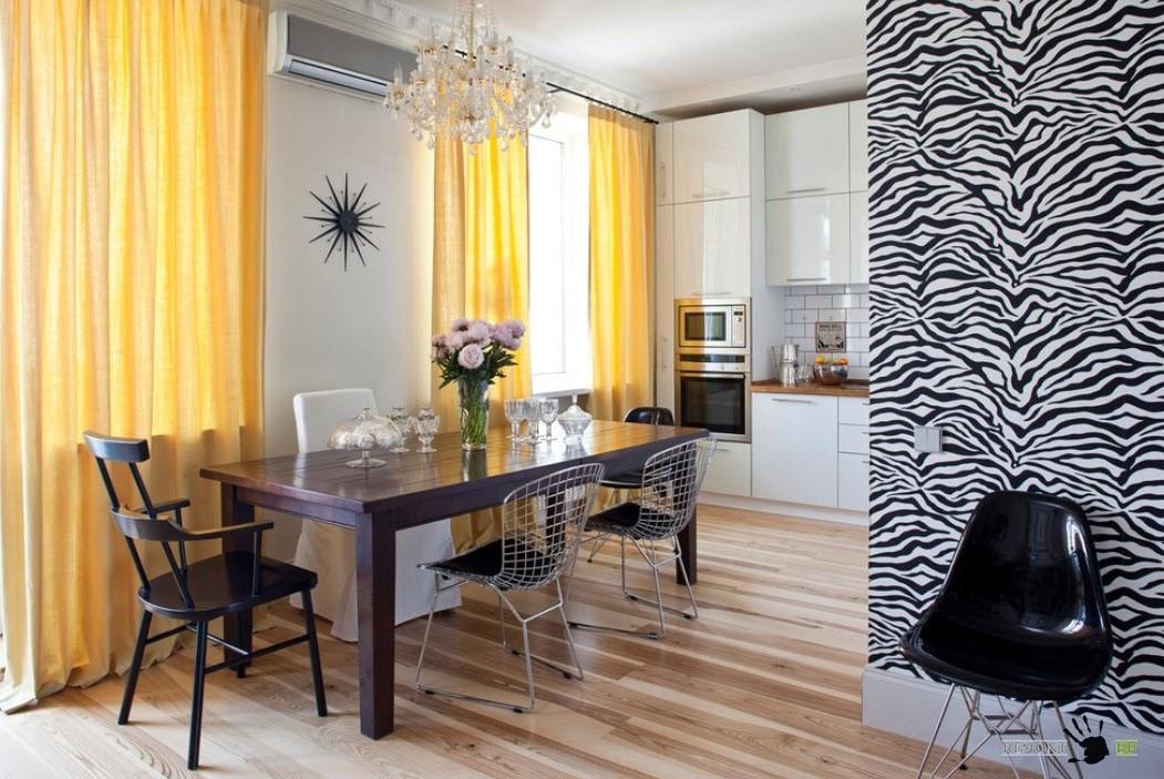 Яркие шторы для черно-белого дизайна комнаты