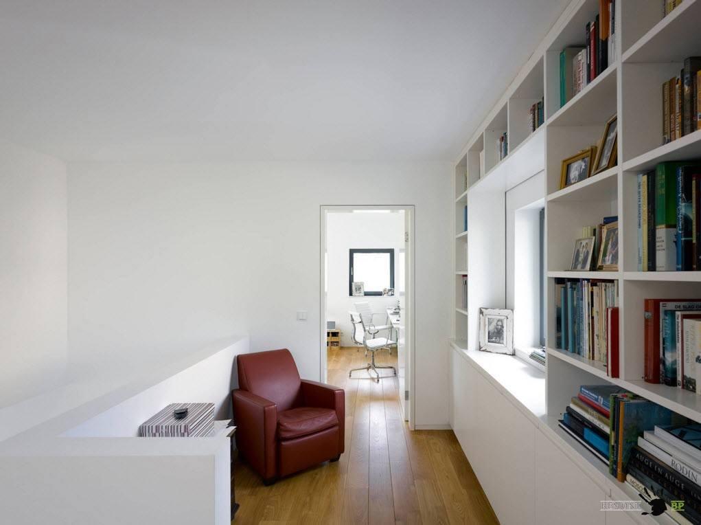 Библиотека в пространстве возле лестницы