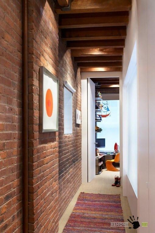 Кирпичные стены в коридорах