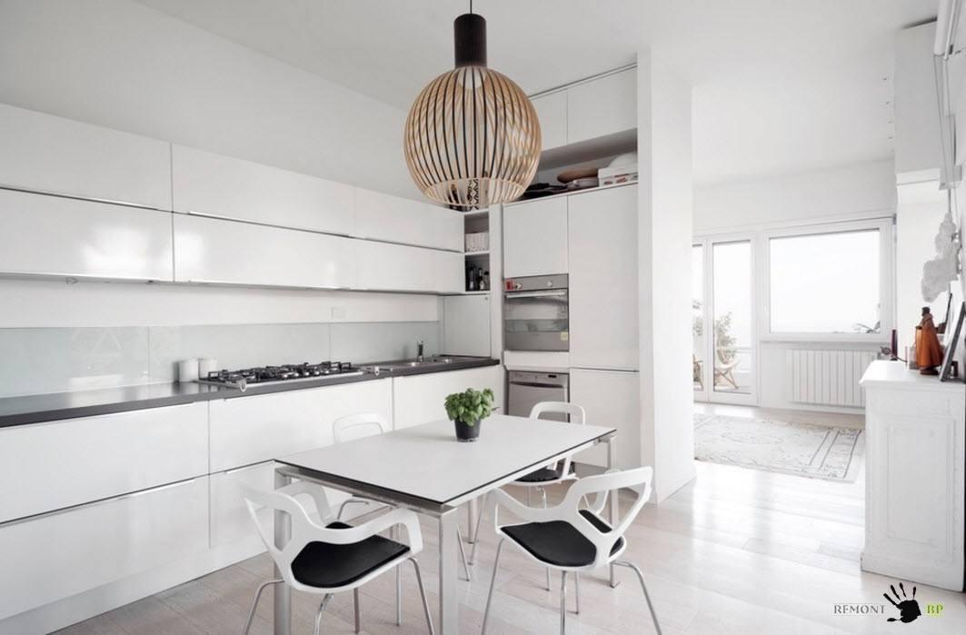 Черные пятна в белой кухне