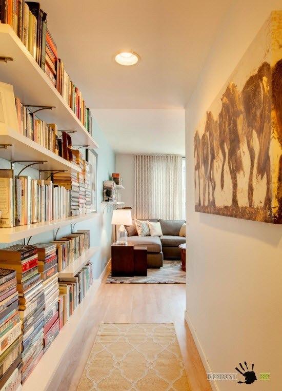 Открытые полки для книг в коридоре