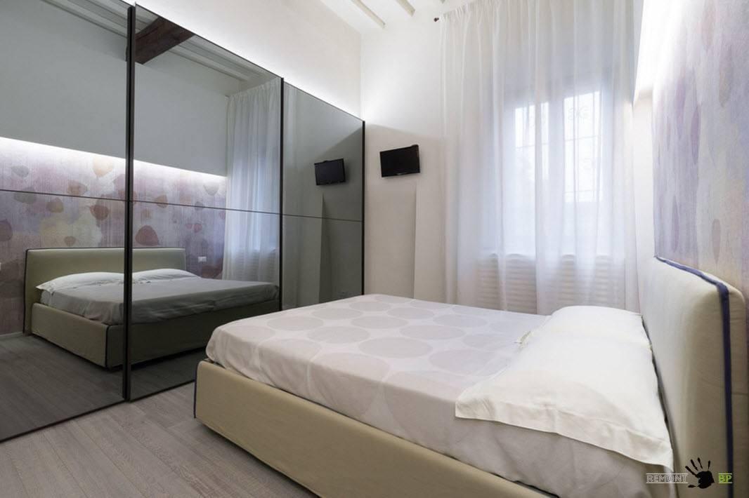 Шкаф-купе с зеркальными дверцами