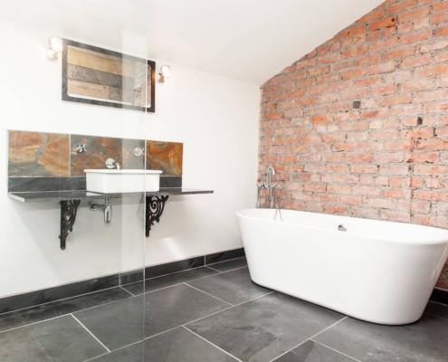 Ванная с кирпичной стеной