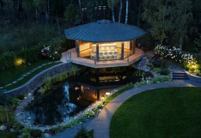 Ярко освещенный домик над озером