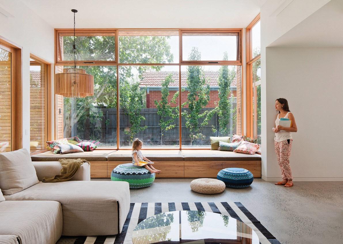 Большие окна с деревянными рамами