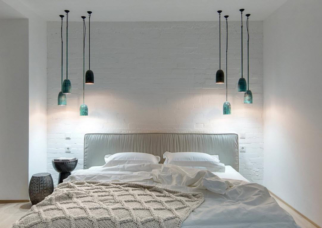 Необычное оформление подвесными светильниками спальни