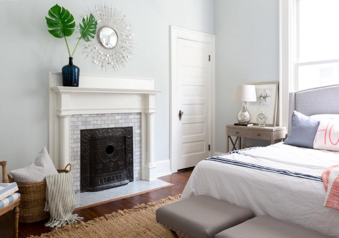 Камин в белоснежной спальне
