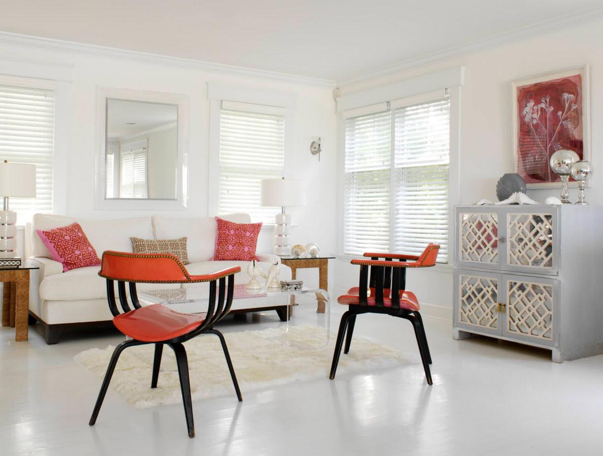 Белоснежная гостиная с яркой мебелью