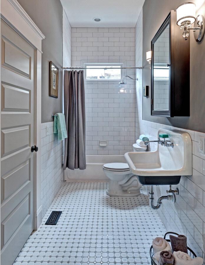 Мелкая белая плитка на полу в ванной